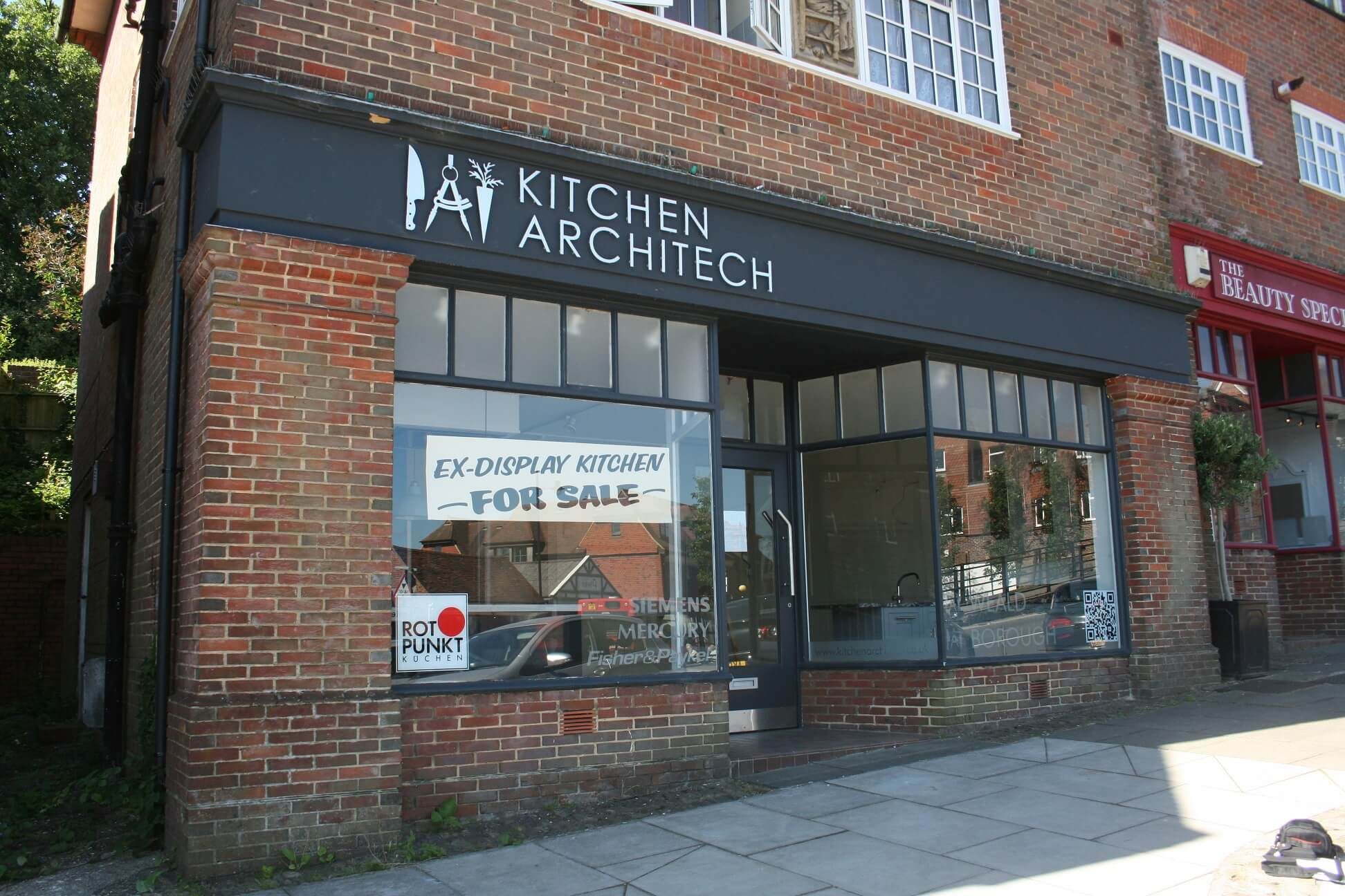 Prominent shop property in Haslemere secures letting